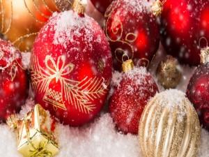 Bolas de Navidad salpicadas de nieve