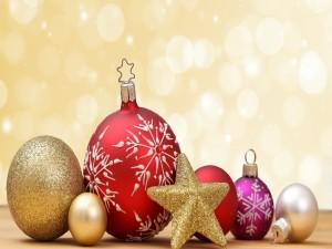 Bolas y una estrella de Navidad