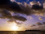 Sol y nubes sobre una isla
