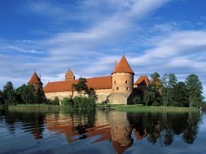 Castillo Trakai en el lago Galve (Lituania)