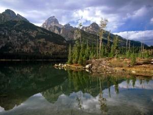 Unas montañas reflejadas en el lago