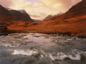 Cauce de un río bajo las montañas