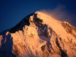 Sol iluminando la cumbre del Cho Oyu (Nepal)