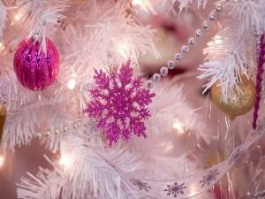 Copos de nieve y bolas en un abeto de Navidad con ramas blancas