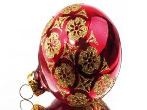 Bola roja de Navidad con motivos dorados