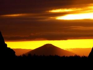 Sol y nubes sobre la montaña