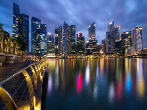 Luces de la ciudad reflejadas en el agua