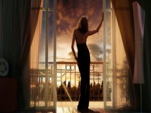 Delicada mujer en el balcón