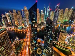 Preciosa ciudad en la noche