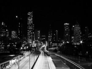 Ciudad de noche en blanco y negro