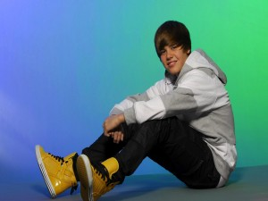 Justin Bieber con zapatillas amarillas