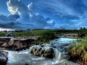 Pequeña cascada en un río