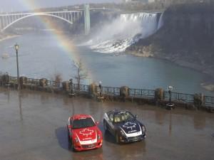 Ferraris cerca de una gran cascada
