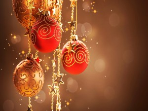 Bolas navideñas colgadas de cadenas
