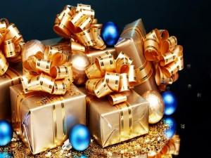 Regalos empaquetados y bolas de Navidad