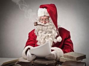 Papá Noel leyendo cartas de niños