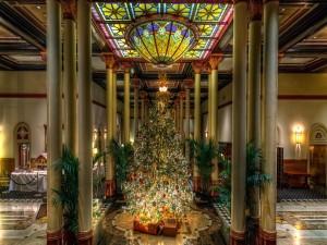 Sala de un hotel bellamente adornada con un árbol de Navidad