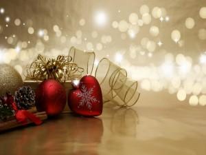 Adornos navideños rojos y dorados