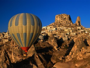Globo volando sobre Uchisar (Turquía)
