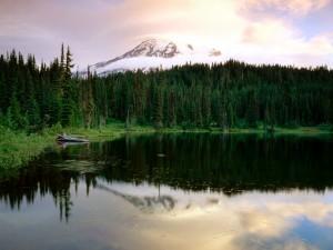 Montaña junto al lago