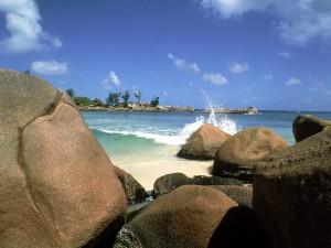 Agua de mar chocando contra las rocas
