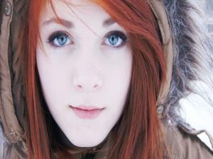 Mujer pelirroja con ojos azules