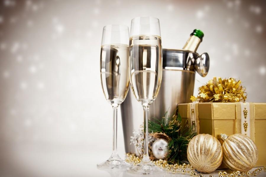 Champan, caja con regalos y bolas para las fiestas navideñas