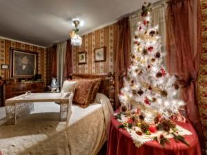 Dormitorio adornado con un bello árbol de Navidad