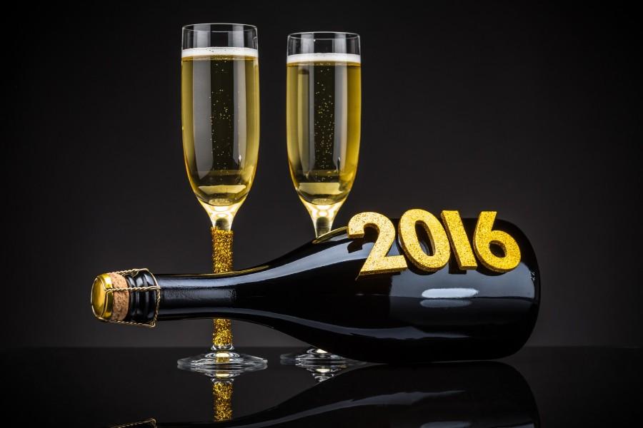 Botella de champán y copas para festejar el Nuevo Año 2016