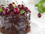 Pastel de chocolate, cerezas y menta