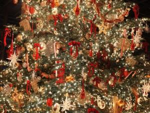 Gran árbol de Navidad adornado para las fiestas
