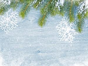 Decoración navideña en madera con copos de nieve y ramas de pino