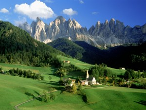Hermosa vista de Funes (Italia)
