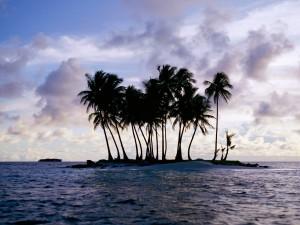 Pequeña isla en el océano