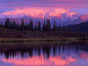 Montañas y lago al amanecer