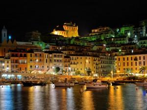 Puerto Santo Stefano iluminado (Italia)