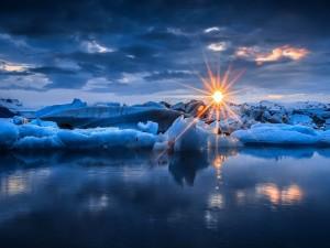 Radiantes rayos de sol sobre el hielo y las aguas