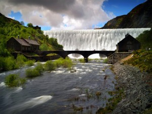 Puente frente a una gran cascada