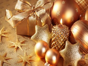 Vela dorada junto a otros adornos navideños