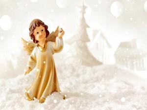 Ángel en una noche fría de invierno navideño