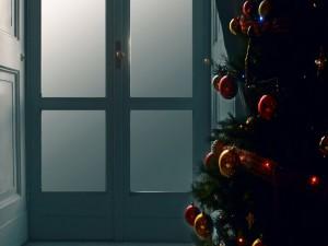Árbol de Navidad cerca de una puerta