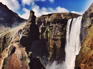 Mujer de pie al lado de una cascada