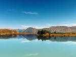Hermoso paisaje de montaña junto a un lago