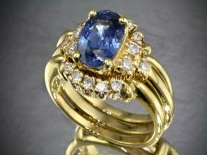 Anillo de oro con una piedra azul