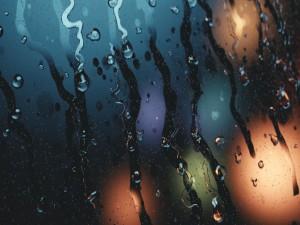 Gotas de agua que fluyen en el cristal