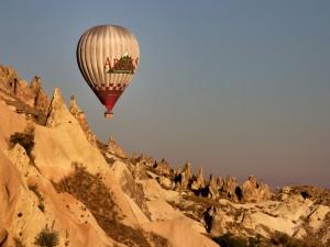 Globo volando sobre las rocas