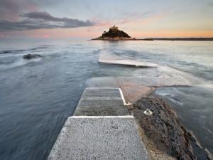 Castillo en una pequeña isla frente a la costa