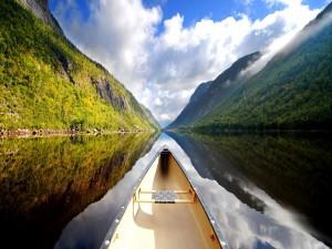 Bote en un lago de montaña