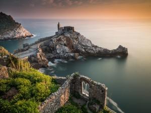 Castillo y ruinas junto al mar