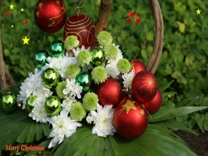 Una hermoso arreglo navideño con bolas y flores
